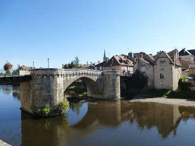 Le vieux pont de montmorillon route des abbayes et monuments du haut poitou guide du tourisme de la vienne