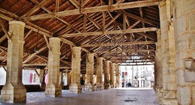 Les halles de couhe route des abbayes et monuments du haut poitou guide du tourisme de la vienne