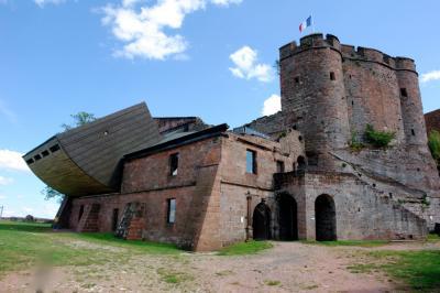 Lichtenberg le chateau une forteresse imposante a la hauteur des ambitions des hanau lichtenberg se distingue des autres chateaux des vosges du nord par son histoire longue de sept