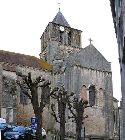 Lusignan notre dame et saint junien de lusignan route des abbayes et monuments du haut poitou guide du tourisme de la vienne