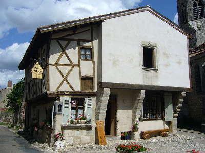 Maison a colombages de charroux a cote de l eglise plus beaux villages de france routes touristiques de l allier guide touristique auvergne