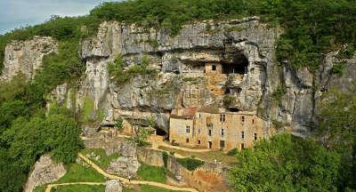 Maison forte de reignac route touristique sur les pas du cro magnon guide du tourisme dordogne