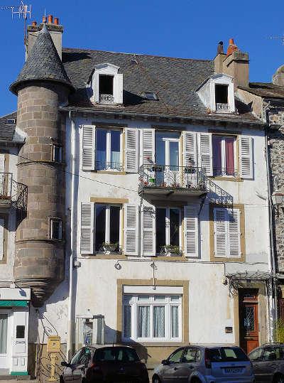Maison sur la place georges pompidou à Mauriac guide touristique du cantal Route touristique Auvergne