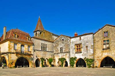 Monpazier bastide la place l un des plus beaux villages de france les routes touristiques de la dordogne guide touristique de nouvelle aquitaine