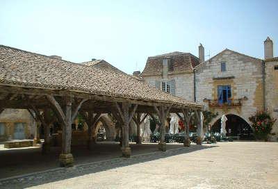 Monpazier bastide les halles l un des plus beaux villages de france les routes touristiques de la dordogne guide touristique de nouvelle aquitaine