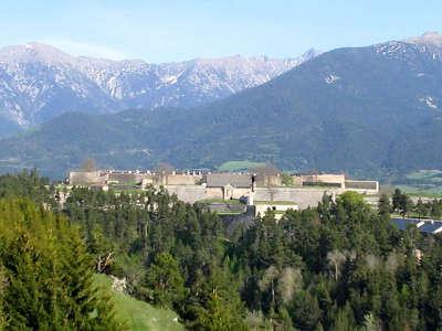 Mont louis la citadelle route des cols des pyrenees guide touristique des pyrenees orientales