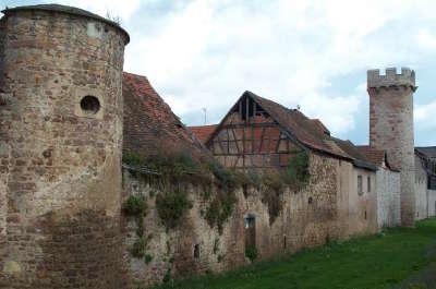 Mur d enceinte d obernai avec sa tour route des chateaux d alsace guide du tourisme copie