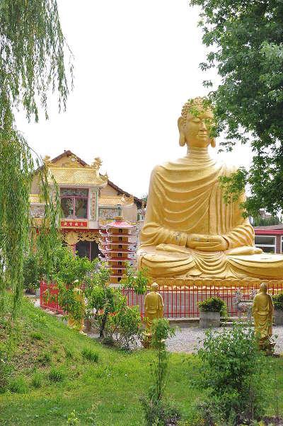 Noyant d allier le bouddha route sur les traces des bourbons dans l allier routes touristiques de l allier guide touristique auvergne