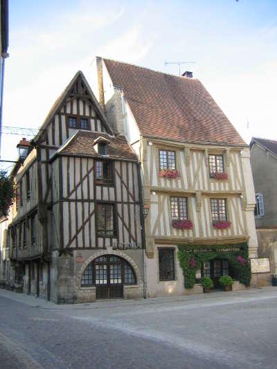Noyers sur serein la place de l hotel de ville plus beaux villages de france routes touristiques en cote d or guide du tourisme en bourgogne
