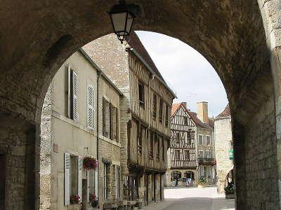 Noyers sur serein porche d entree plus beaux villages de france routes touristiques en cote d or guide du tourisme en bourgogne