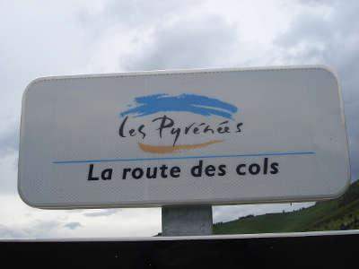 Panneaux de la route des cols des pyrenees