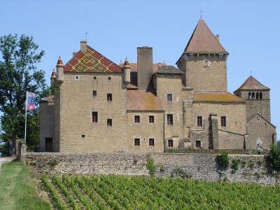 Pierreclos le chateau et l eglise routes touristiques en saone et loire guide du tourisme en bourgogne