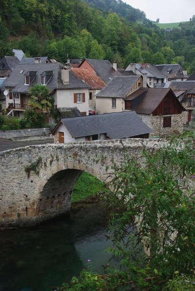 Pont du xiiie siecle enjambant le lez aux bordes sur lez route des cols des pyrenees guide touristique de l ariege