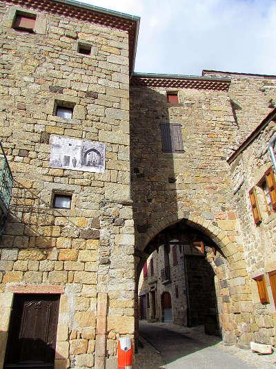 Pradelles porte du besset portail sud de la citadelle plus beaux villages de france routes touristiques de haute loire guide touristique auvergne