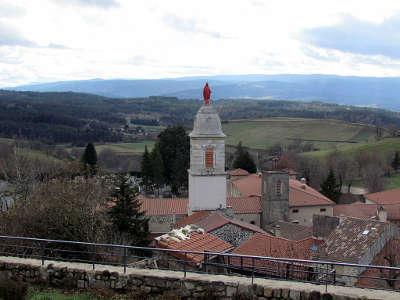 Pradelles vue sur la chapelle notre dame a la vierge rouge plus beaux villages de france routes touristiques de haute loire guide touristique auvergne