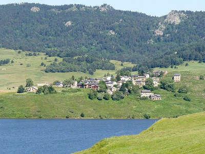 Puyvalador et son lac route des cols des pyrenees guide touristique des pyrenees orientales