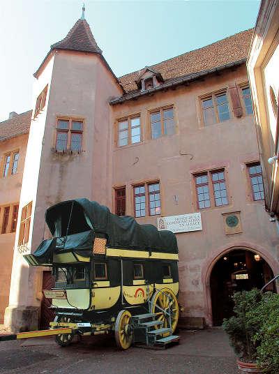 Riquewihr ancien chateau des comtes de wurtemberg aujourd hui musee de la communication en alsace routes touristiques du haut rhin guide du tourisme alsace
