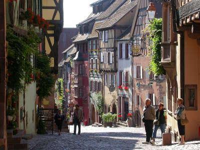 Riquewihr rue du general de gaulle route des vins d alsace guide du tourisme de l alsace