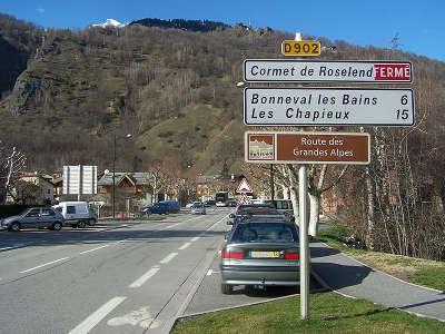 Route des grandes alpes indiquee a la sortie de bourg saint maurice dans la direction du cormet de roselend et du beaufortain