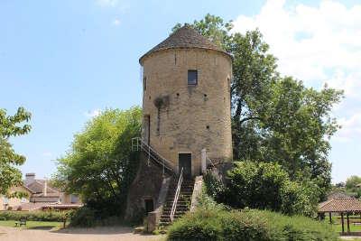 Mâcon Route lamartine tour de sennece vestige d un chateau medieval routes touristiques en saone et loire guide du tourisme en bourgogne