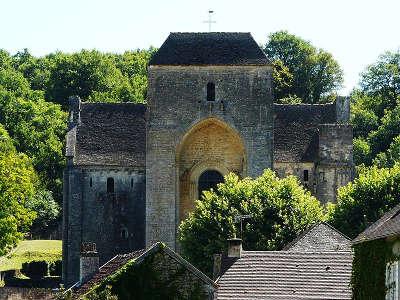 Saint amand de coly au dessus des toits du village la masse de l abbaye routes touristiques de dordogne guide du tourisme en nouvelle a copie