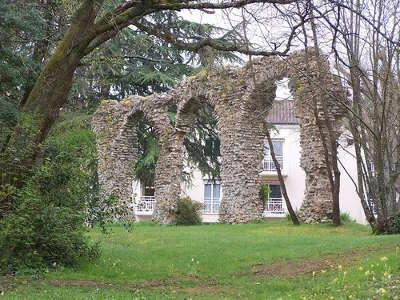 Saint benoit aqueduc de parigny route des abbayes et monuments du haut poitou guide du tourisme de la vienne