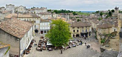 Saint emilion la place principale vue de l eglise monolithe routes touristiques en gironde guide du tourisme nouvelle aquitaine