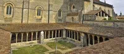 Saint emilion le cloitre routes touristiques en gironde guide du tourisme nouvelle aquitaine