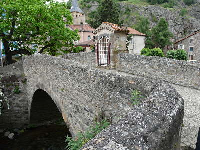 Saint floret plus beaux villages de france le vieux pont de la pede sur la couze pavin routes touristiques du puy de dome guide touristique auvergne