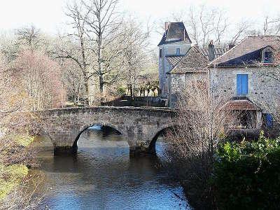 Saint jean de cole le pont medieval et l ancien prieure l un des plus beaux villages de france les routes touristiques de la dordogne guide touristique de nouvelle aquitaine