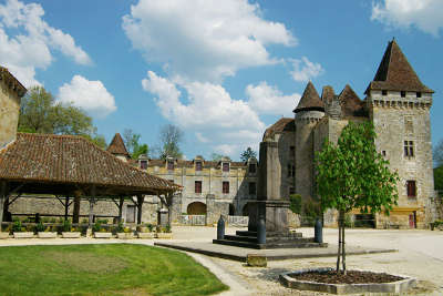Saint jean de cole les halles et le chateaux l un des plus beaux villages de france les routes touristiques de la dordogne guide touristique de nouvelle aquitaine