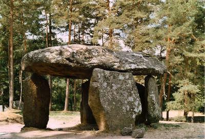 Saint nectaire dolmen du parc routes touristiques du puy de dome guide touristique auvergne