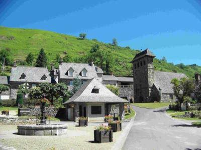 Saint projet de salers la place du village route des eglises romane dans le cantal routes touristiques du cantal guide touristique auvergne