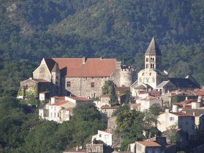 Saint saturnin eglise chateau et village plus beaux villages de france routes touristiques du puy de dome guide touristique auvergne