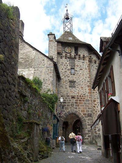 Salers la porte du beffroi plus beaux villages de france routes touristiques du cantal guide touristique auvergne