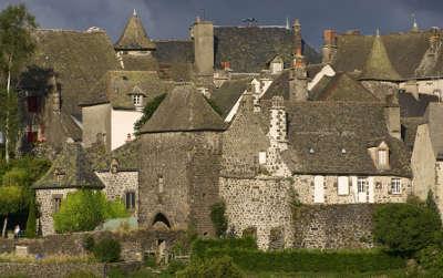 Salers maisons plus beaux villages de france routes touristiques du cantal guide touristique auvergne