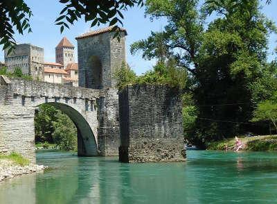Sauveterre de bearn le pont de la legende route du pays basque et bearn routes touristiques pyrenees atlantiques guide du tourisme nouvelle aquitaine