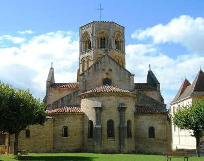Semur en brionnais eglise saint hilaire plus beaux villages de france routes touristiques en cote d or guide du tourisme en bourgogne