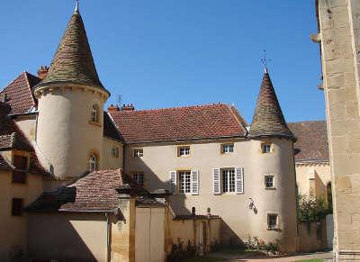 Semur en brionnais place plus beaux villages de france les routes touristiques en cote d or guide du tourisme en bourgogne