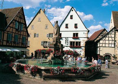 Semur en brionnais place plus beaux villages de france routes touristiques en cote d or guide du tourisme en bourgogne