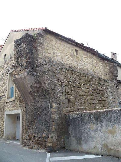 Sorgues entree du palais qui commandait le pont levis route des vins du cote du rhone autour d avignon