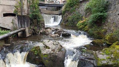 Thiers le pont epee juste devant la cascade du creux de l enfer routes touristiques du puy de dome guide touristique auvergne
