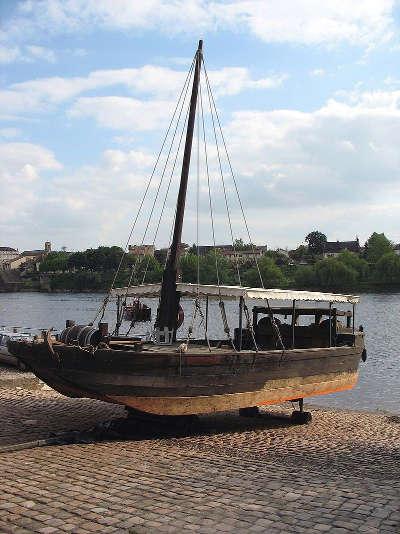 Une gabare en reparation sur le quai salvette a bergerac la route des vins de bergerac guide du tourisme de la dordogne aquitaine
