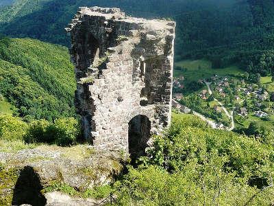 Urbeis vue sur le chateau du bilstein lorrain et en arriere plan le village d urbeis route des vosges centrales