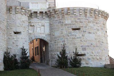 Vezelay la porte neuve de vezelayplus beaux villages de france routes touristiques en cote d or guide du tourisme en bourgogne