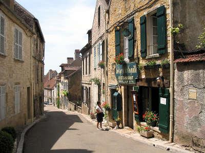 Vezelay rue saint pierre plus beaux villages de france routes touristiques en cote d or guide du tourisme en bourgogne