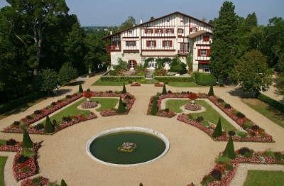 Villa arnaga musee edmond rostand route des seigneurs du bearn et du pays basque guide du tourisme des pyrenees atlantiques aquitaine