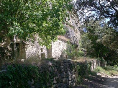 Village troglodytique du barry route des vins de la la drome provencale guide du tourisme de la drome