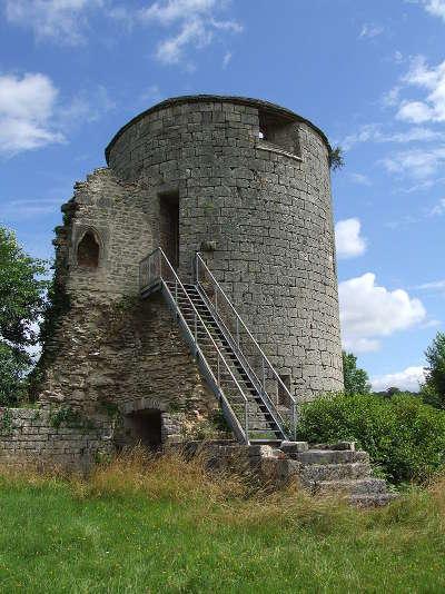 Villaines en duesmois l une des tour du chateau ducal routes touristiques en cote d or guide du tourisme en bourgogne
