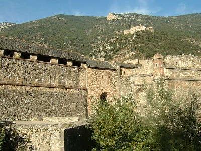 Villefranche de conflent ancienne porte de france route des cols des pyrenees guide touristique des pyrenees orientales